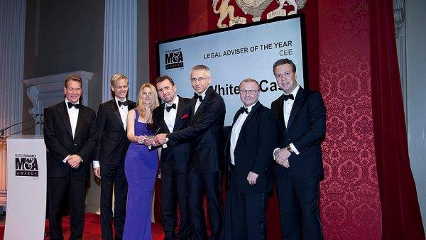 Fotografie z předání ceny kanceláři White & Case v Londýně