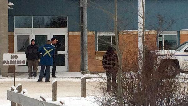 St�elec se po zast�elen� p��buzn�ch vydal do m�stn� komunitn� �koly v kanadsk� provincii Saskatchewan.