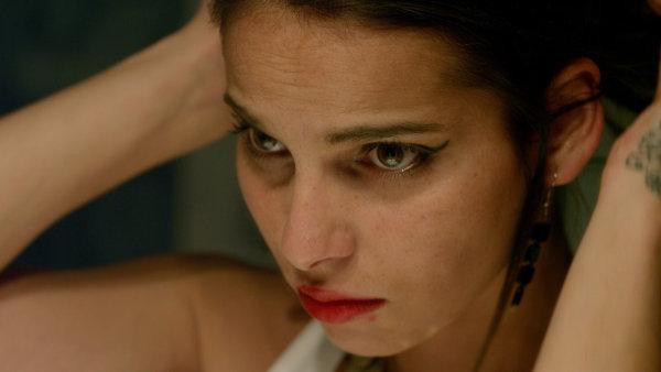 Klaudia Dudov� na sn�mku z filmu Nikdy nejsme sami.