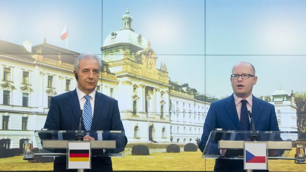 Premi�r Bohuslav Sobotka a p�edseda Spolkov� rady N�mecka a sask� ministersk� p�edseda Stanislaw Tillich.
