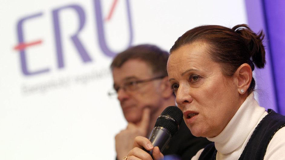 Alena Vitásková - ERÚ - na tiskové konferenci ohledně tarifů v Plzni. V pozadí Ivan Noveský