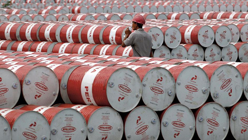 Dodávky ropy po celém světě se totiž zvyšují, zatímco růst poptávky zpomaluje.