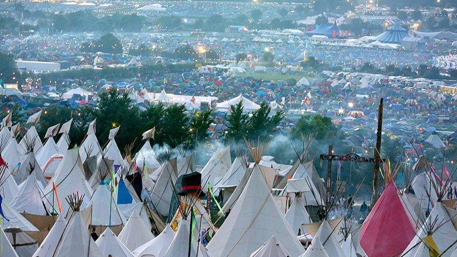 Ilustrační snímek z letošního ročníku festivalu v Glastonbury.