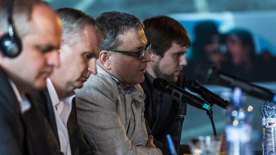 Snímek z debaty Lubomíra Zaorálka, Timothyho Snydera a Pawla Kowala na diskusním fóru Melting Pot v rámci festivalu Colours of Ostrava.