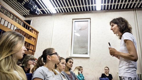 Karlínská obchodní akademie a Vyšší odborná škola ekonomická se do svých učebních plánů snaží zahrnout témata odpovědnosti, trvalé udržitelnosti nebo ekologie.