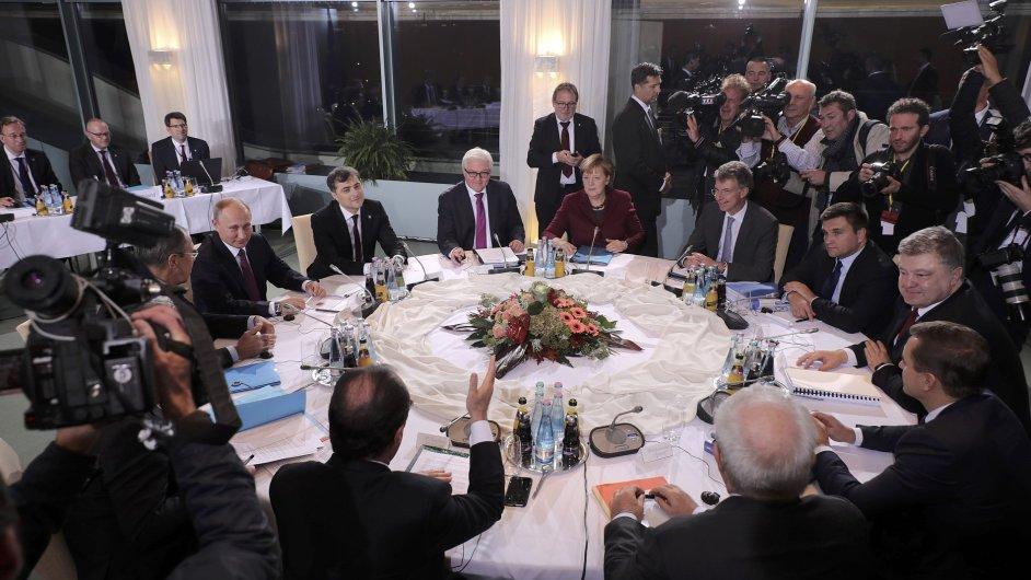 Putin Merkelová Porošenko Hollande Steinmeier na jednání v BErlíně