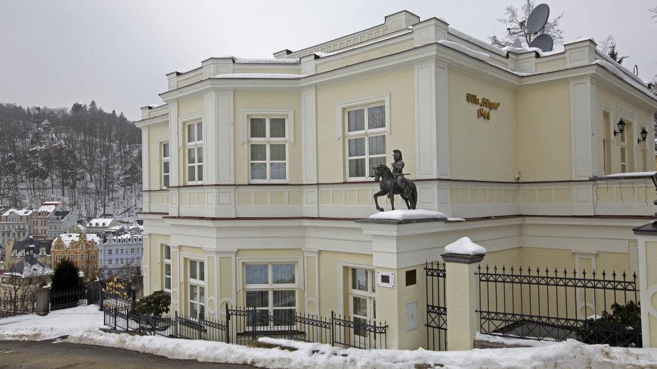 Lützowova empírová vila je luxusní památkou. Jejím majitelem je Gennadij Ljachov, bývalý manažer Rosvooruženija.