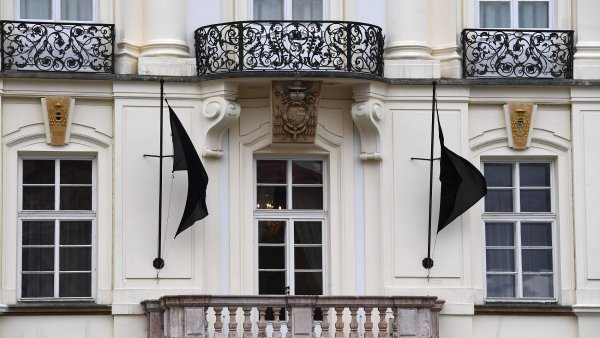 Kardinál Miloslav Vlk zemřel ve věku 84 let. Na snímku vlají černé vlajky na Arcibiskupském paláci v Praze.