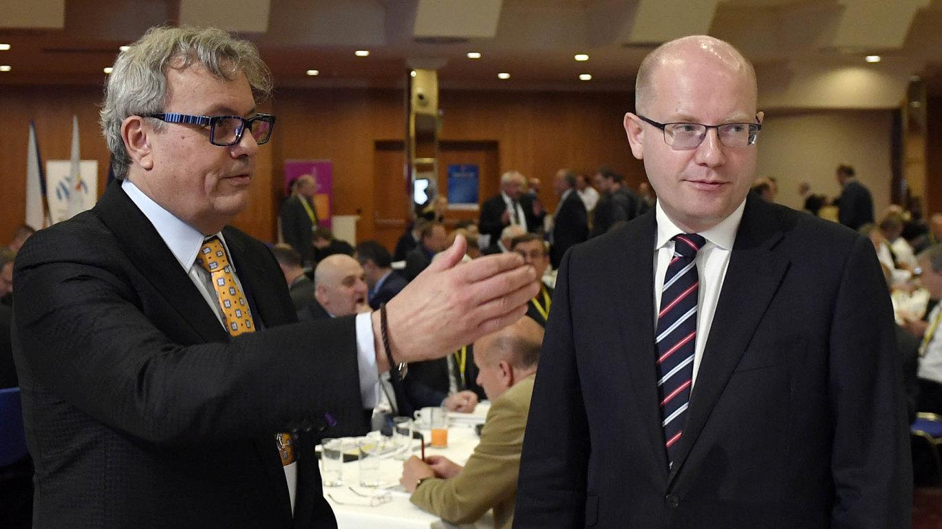 Neshodli se. Premiér Sobotka volá postanovení termínu pro přijetí eura. Šéf komory Dlouhý navrhuje, aby Česko spřijetím eura počkalo, až se eurozóna stabilizuje.