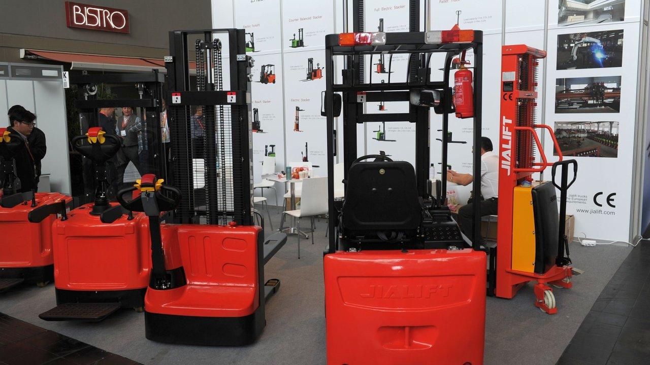 Čtvrtina skladových vozíků na světě se prodá v Číně, kde dominují hlavně místní levné stroje.
