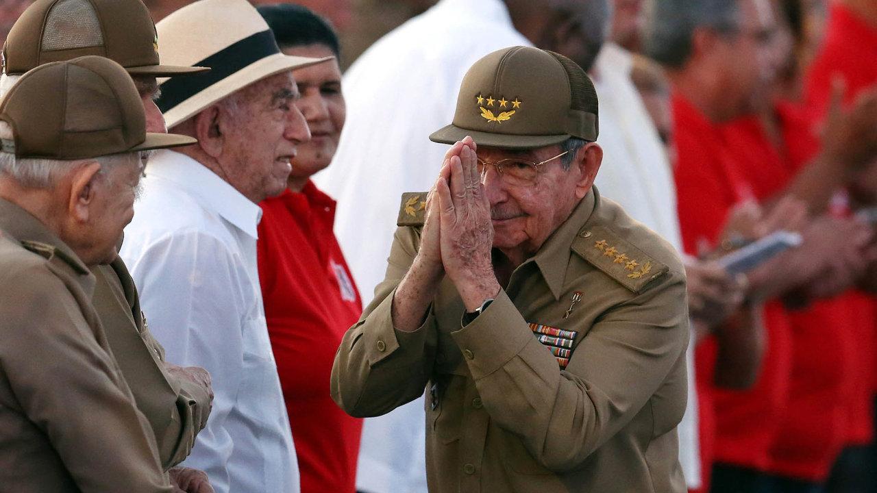 Kubánci si spolu se svým prezidentem Raúlem Castrem (na snímku) připomínají 64. výročí útoku povstalců nakasárny Moncada vSantiagu.