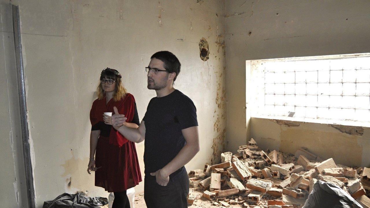 Na snímku z tohoto pátku jsou umělecký šéf Juraj Augustín a grafička divadla Simona Vaškovičová v budoucím sále pro workshopy.