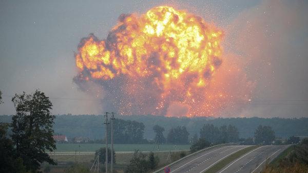 Podle ukrajinských sdělovacích prostředků požár a exploze nastaly v největším muničním skladu země.