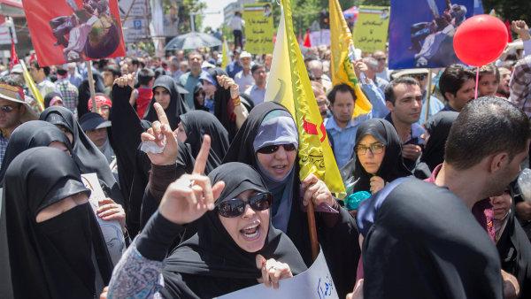 """Téměř po20 letech končí diplomatická """"studená válka"""" mezi Českem ateokratickým Íránem. Na snímku demonstrace v Teheránu."""