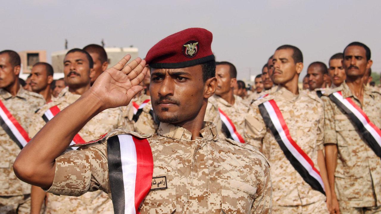 Jemenští vojáci pochodují na přehlídce v přístavu Aden.