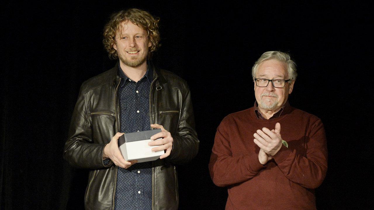 Norský dramatik Fredrik Brattberg (vlevo) v Praze převzal Cenu Ferdinanda Vaňka za hru Pozice. Vpravo je člen poroty, německý překladatel Joachim Bruss.