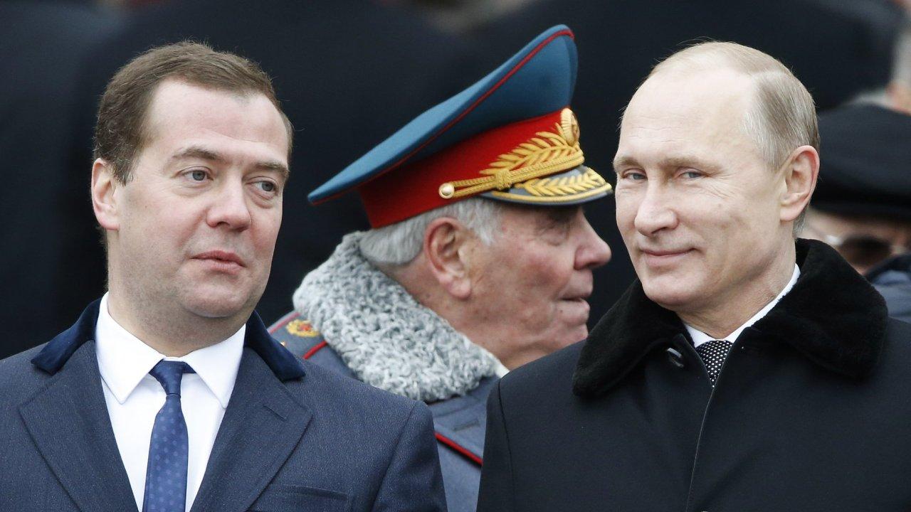 Ruský prezident Vladimir Putin (vpravo) a ruský premiér Dmitrij Medveděv (vlevo).