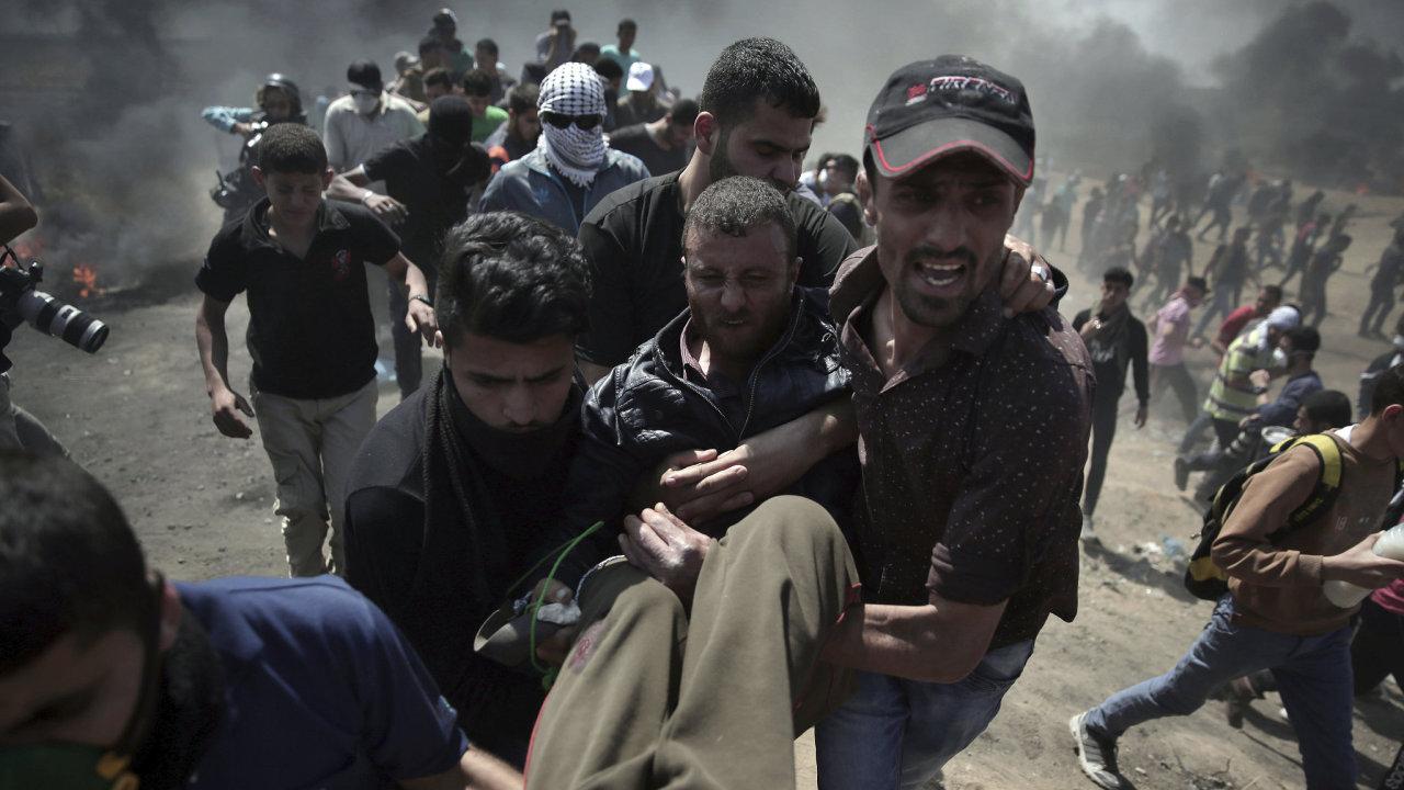 Izraelští vojáci při protestech v Gaze zastřelili už nejméně 16 Palestinců.