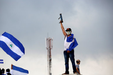 Politická krize v Nikaragui má už 84 obětí. Demonstranti kvůli snížení důchodů blokují silnice a zapalují kanceláře vládní strany