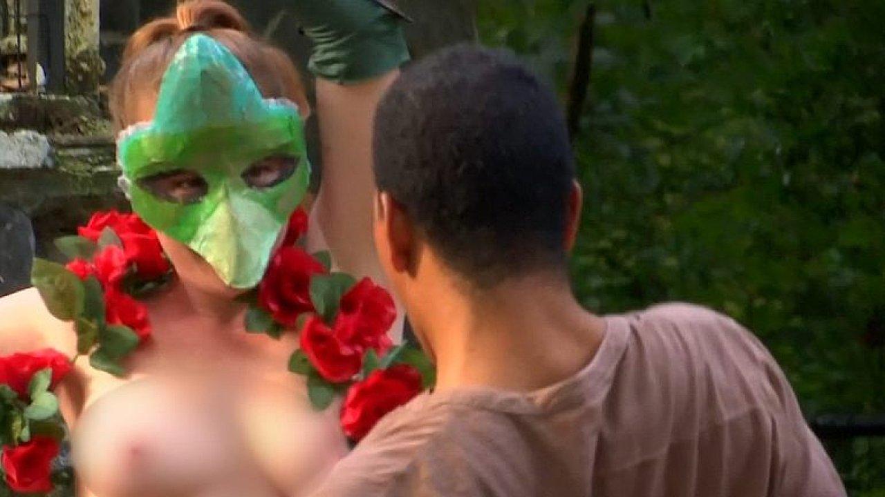 Nahé divadlo. V newyorském parku předvádí herci klasickou hru bez kostýmů.