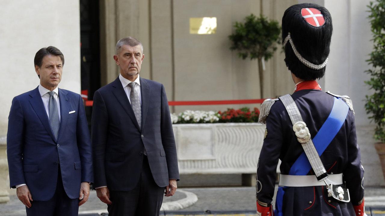 Italská premiér Giuseppe Conte a český premiér Andrej Babiš na společné schůzce v Římě.