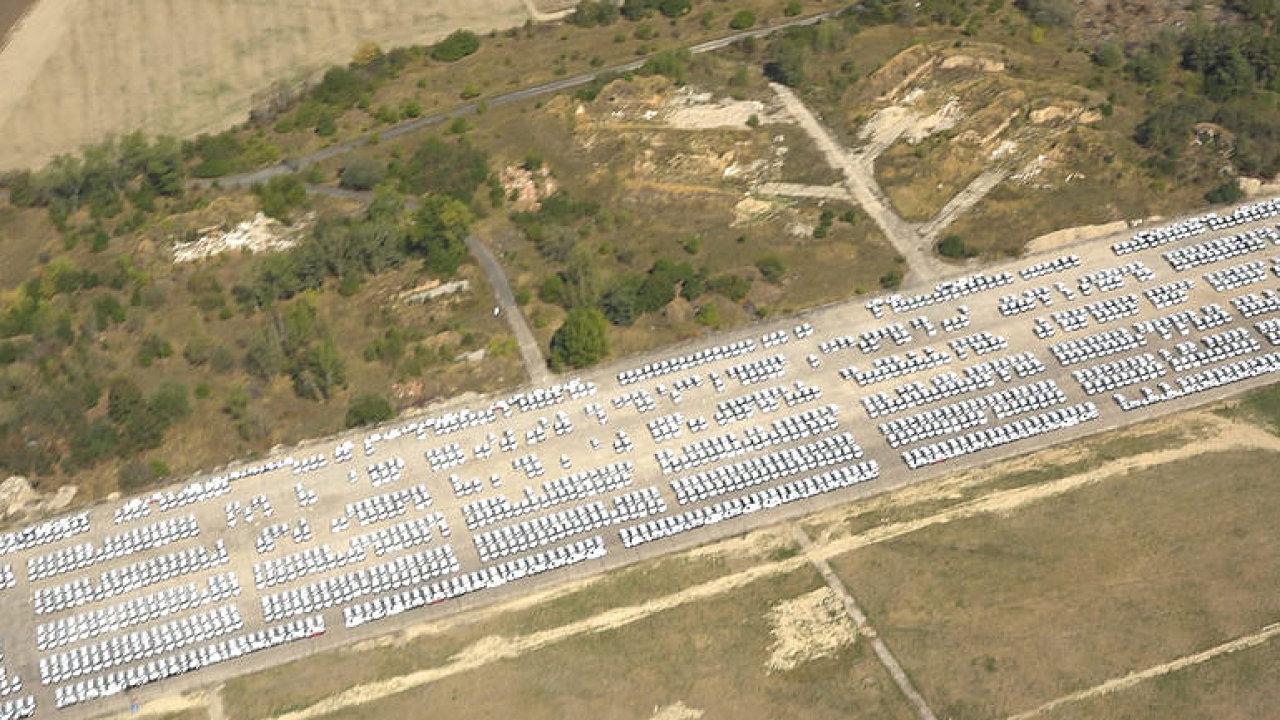 Unikátní záběry z výšky: Tisíce odložených Škodovek bez homologace čekají na letišti v Milovicích.