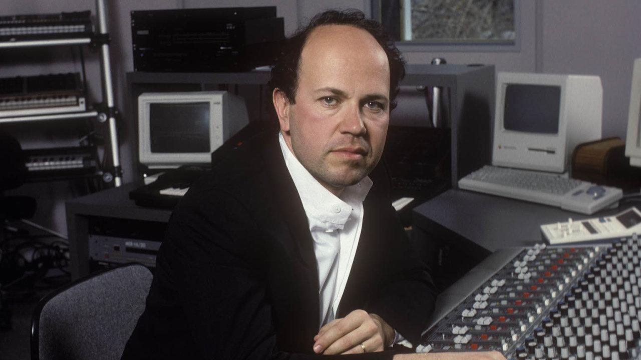 Jan Hammer je na snímku ze svého nahrávacího studia Red Gate roku 1988.