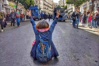 I Nokia 3310 je mladší než tvůj mandát. Alžířani v ulicích bojují proti páté kandidatuře nemohoucího prezidenta především humorem