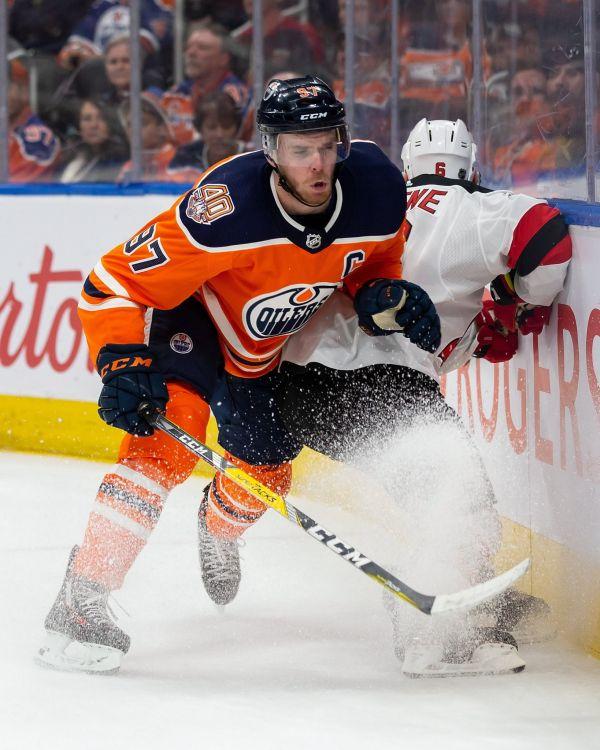Hokejisté New Jersey v NHL po sedmi prohrách zabrali a na ledě Edmontonu zvítězili 6:3. V dresu poražených si připsal Connor McDavid dvě asistence a je druhým hráčem, který v sezoně nasbíral sto bodů.