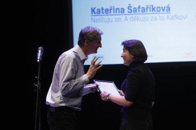 """Ocenění za nejlepší rozhovor si odnesla Kateřina Šafaříková z Respektu za interview """"Nelituju se. A děkuju za to Kafkovi"""" s francouzským spisovatelem a novinářem Philippem Lançonem."""
