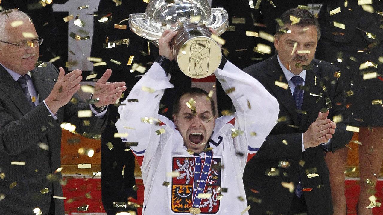Celonárodní anárodní: Když hokejisté získají titul mistrů světa, republika je nanohou (na snímku Tomáš Rolinek, kapitán posledních českých šampionů zroku 2010).