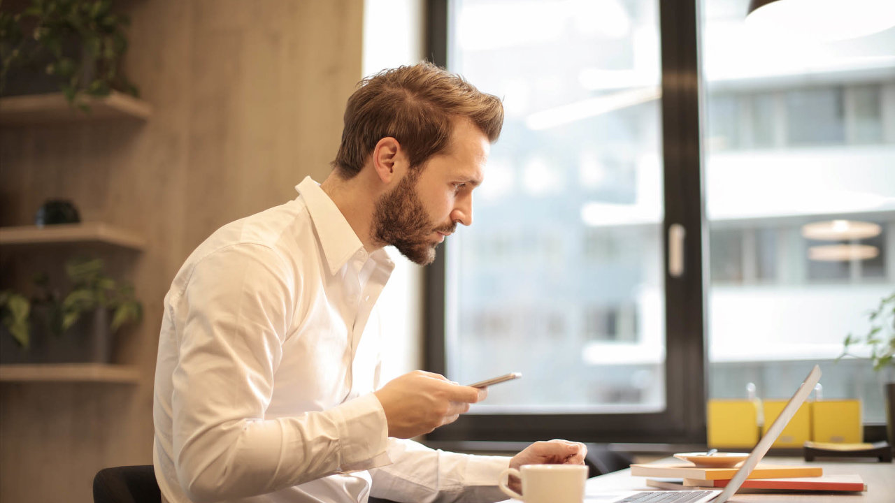 Jen jeden zpěti zaměstnanců (22 procent) průzkumu Accenture uvedl, že je vhovorech skolegy votázkách duševního zdraví otevřený.