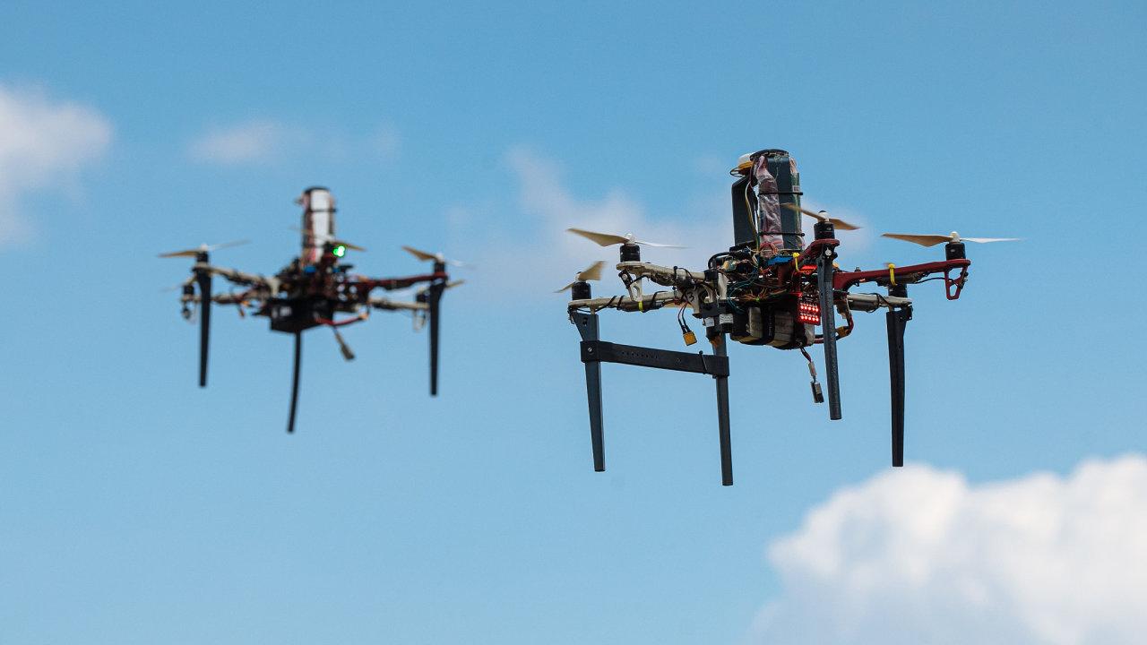 Vědci z ČVUT ukázali možnosti fungování roje autonomních dronů a jejich každodenního využití.