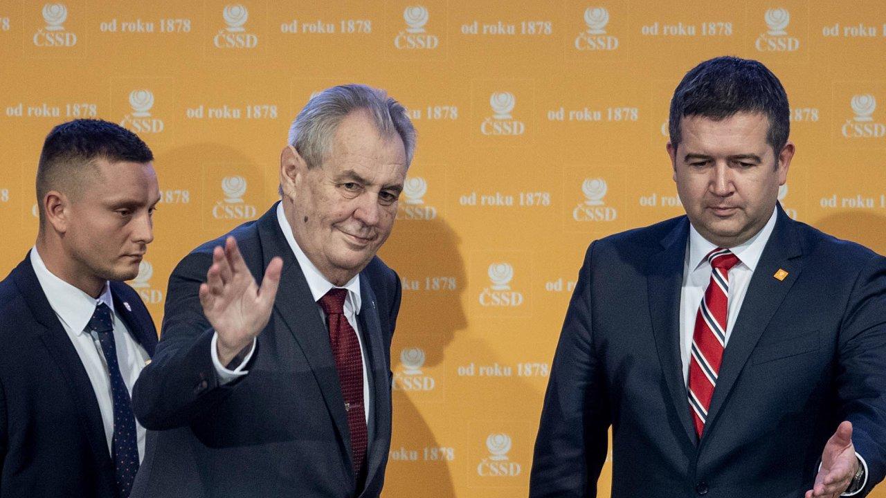 Sociální demokracie kdysi adnes. Prezident Miloš Zeman stanul včele ČSSD vroce 1993, kdy získala současný název. Ministr vnitra Jan Hamáček ji vede nyní. Nezdá se, že by si státníci rozuměli.