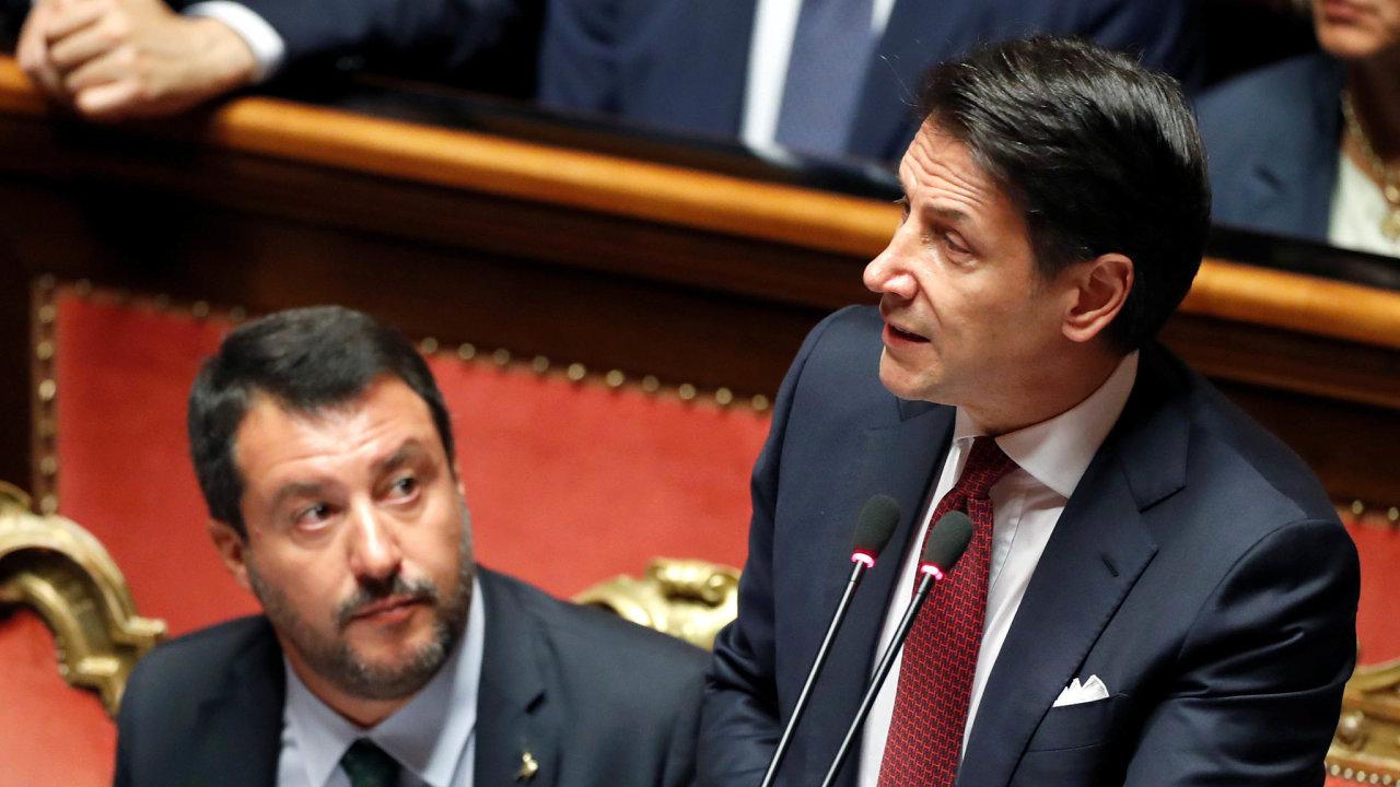 Rozluka v Itálii. Premiér Giuseppe Conte (vpravo) podal demisi, neboť jeho koaliční partner Matteo Salvini (vlevo) vyjádřil pochybnosti o budoucnosti společné vlády.