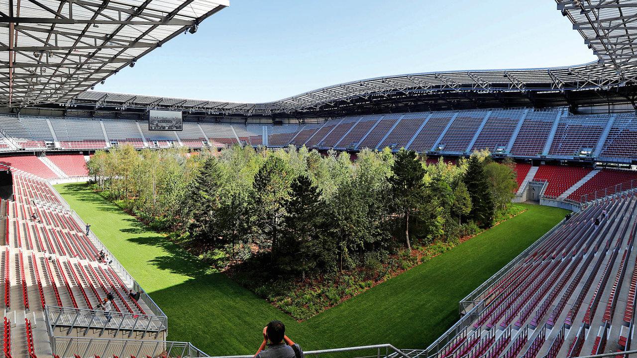 Stadion vKlagenfurtu pojme 32 tisíc diváků, nyní je však zasvěcen konceptuálnímu umění, jehož hlavní roli ztvárňuje umělý les.