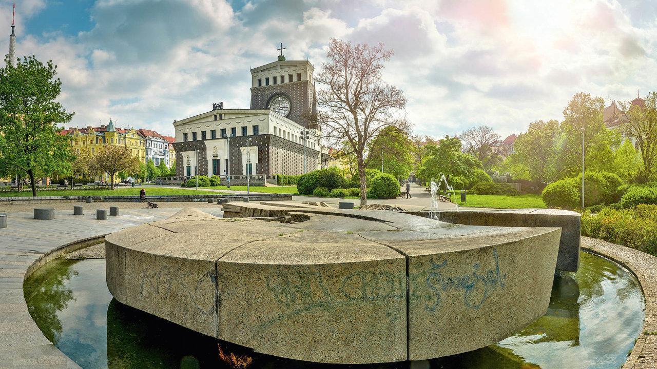 Kostel Nejsvětějšího Srdce Páně nanáměstí Jiřího zPoděbrad upoutá svou nezvyklou monumentální architekturou.