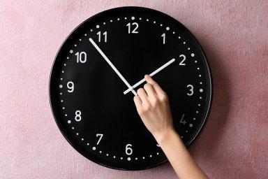 Pro zrušení pravidelného střídání času je až 70 procent obyvatel.