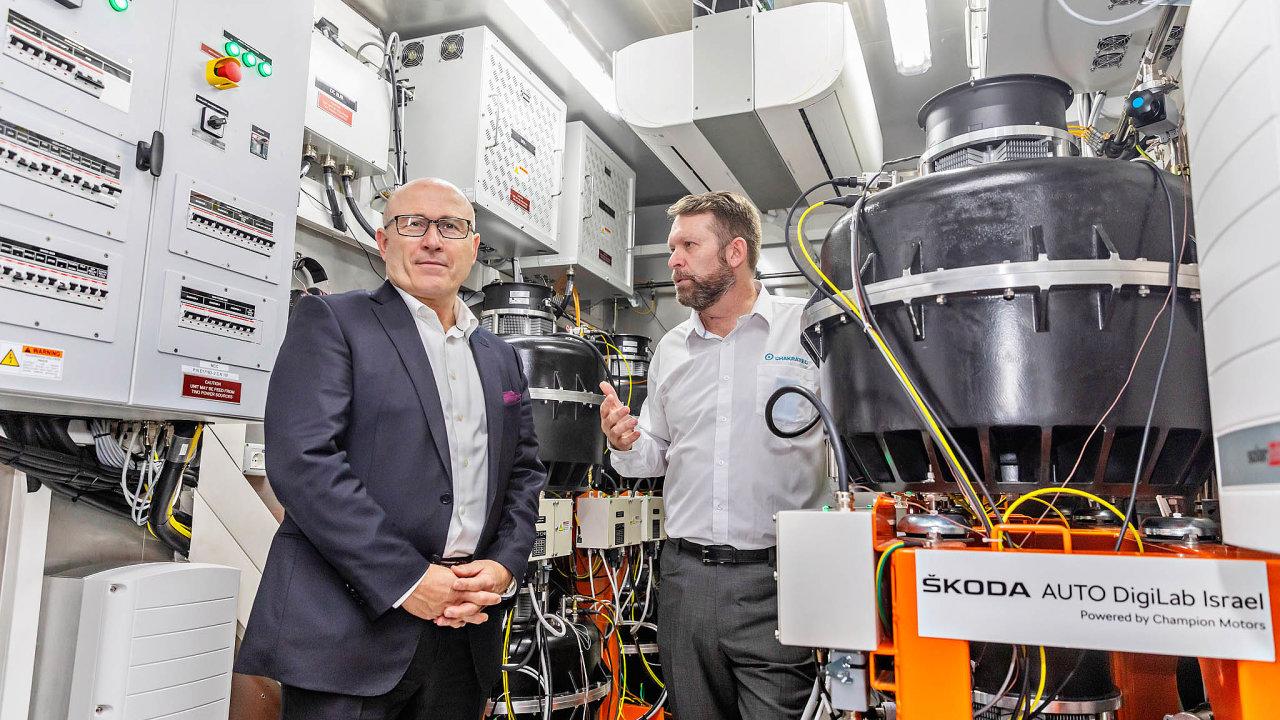 Deset minut bude údajně stačit nadobití elektromobilu snovou izraelskou dobíječkou. První ji vČesku ukáže Škoda. Zleva: CEO Škoda Auto, Bernhard Maier a Nir Zohar za Chakratec.