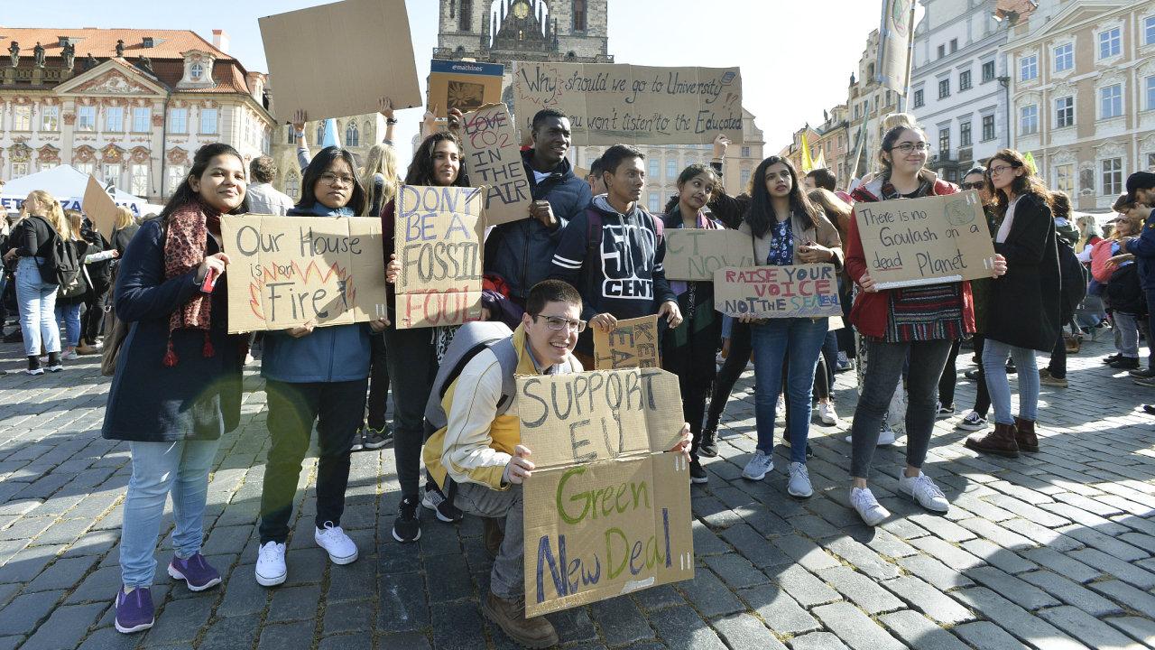 Na Staroměstském náměstí se sešly stovky demonstrujících za ochranu klimatu.