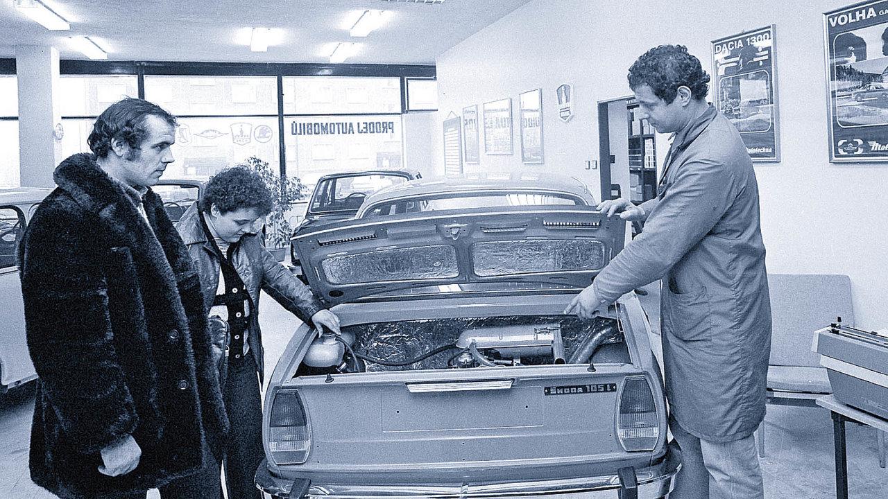 Do roku 1989 se většina aut prodávala přes síť Mototechny.Nasnímku zroku 1982 je pobočka vPřerově.
