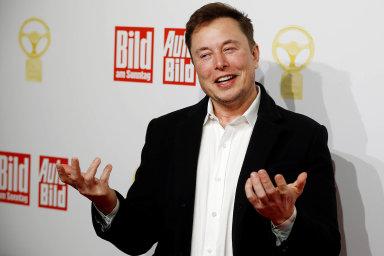 Překonání tržní hodnoty 100 miliard dolarů mimo jiné přibližuje spoluzakladatele a generálního ředitele podniku Elona Muska (na fotografii) získání odměny v hodnotě kolem 346 milionů dolarů.