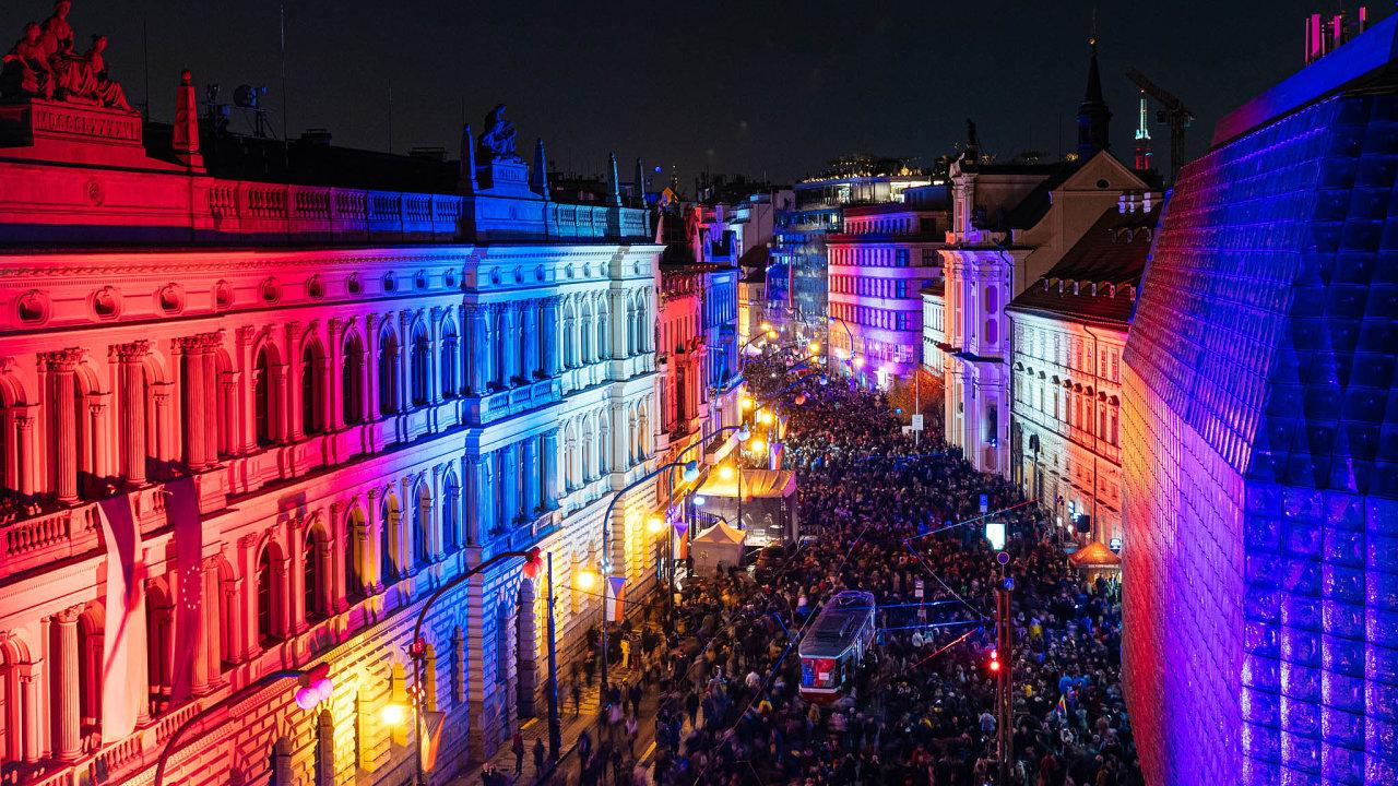Největší průvod. Lidé v Praze vyrazili v neděli po stopách studentského pochodu ze 17.listopadu 1989 a došli až na místo tehdejšího střetu s policí na Národní třídě.
