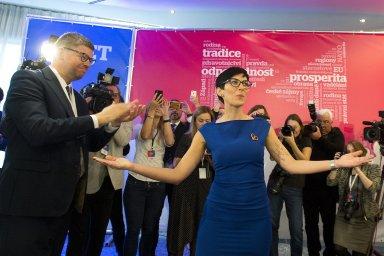 Střídání v čele strany. Poslankyně a dosavadní první místopředsedkyně TOP 09 Markéta Pekarová Adamová vystřídala v čele strany europoslance Jiřího Pospíšila (vlevo).