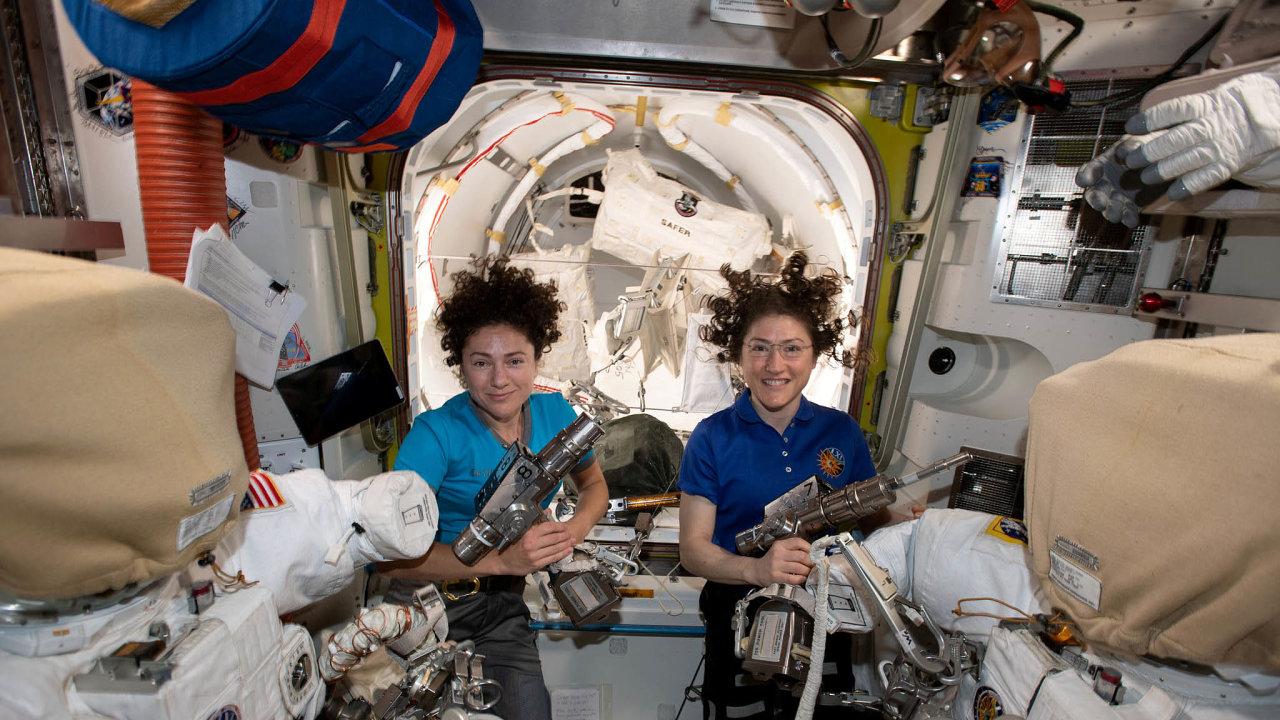 Loni v říjnu přepsaly 2 astronautky historii, když na Mezinárodní vesmírné stanici podnikly první ryze ženský výstup do kosmu. Christina Kochová (vlevo) a Jessica Meirová