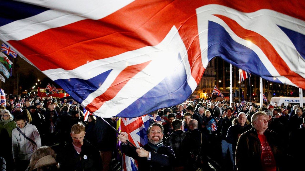 Zase si povládneme sami. Příznivci brexitu se vnoci nasobotu vlondýnských ulicích radovali zodchodu Velké Británie zEvropské unie.