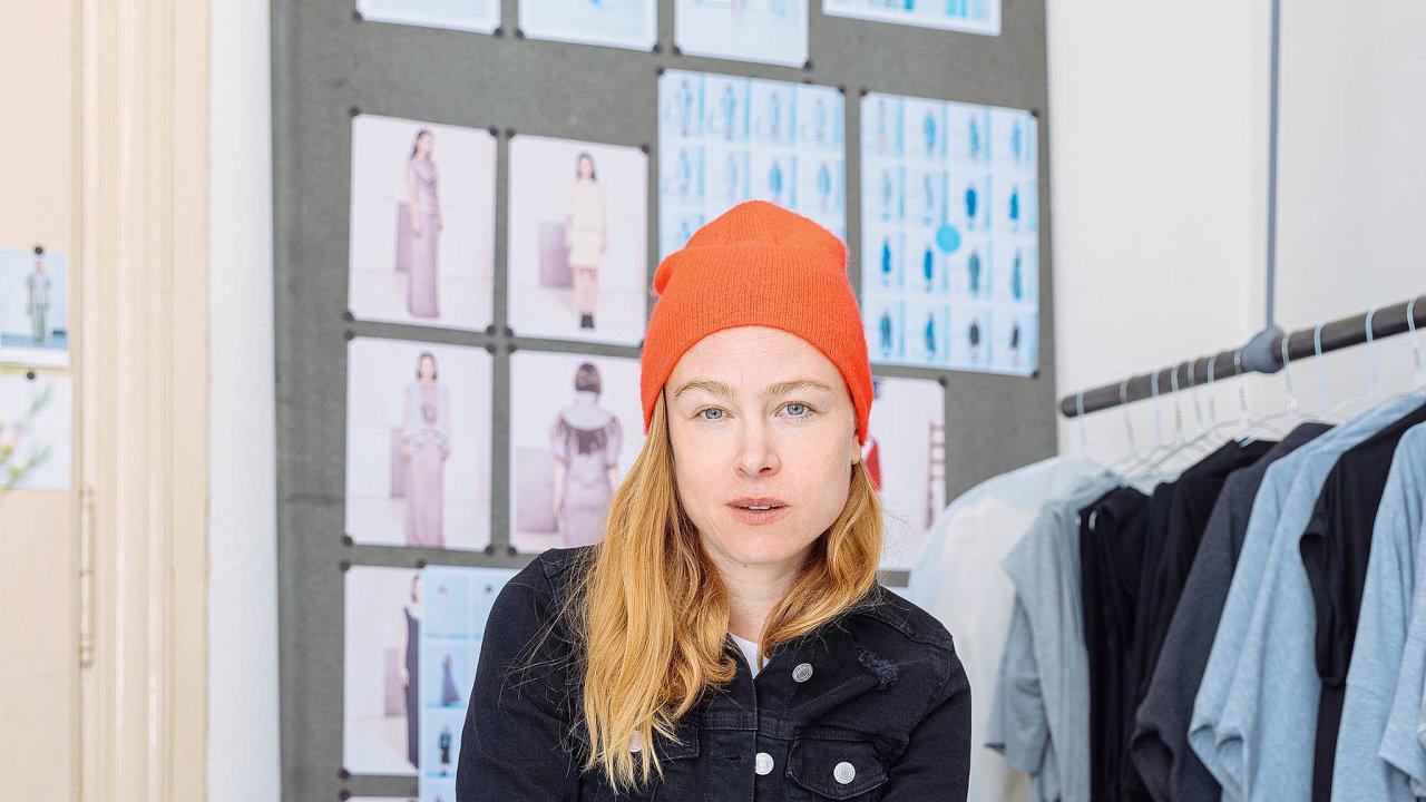 Tichý hlas anikdy nemizející úsměv patří kzákladnímu vybavení éterické návrhářky Josefiny Bakošové, která si první designový obchod otevřela už zastudií scénografie naDAMU.