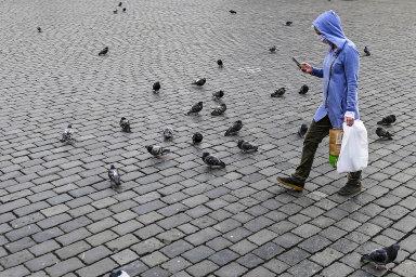 Když nikde nejsou lidé, zbývá alespoň mobil.