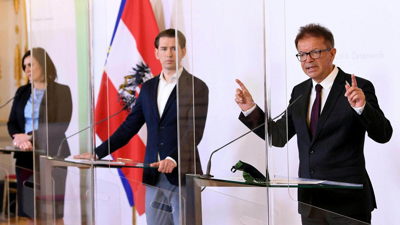 Rakouský ministr zdravotnictví Rudolf Anschober vpravo vedle kancléře Sebastiana Kurze a ministryně pro cestovní ruch Elisabethy Köstingerové.