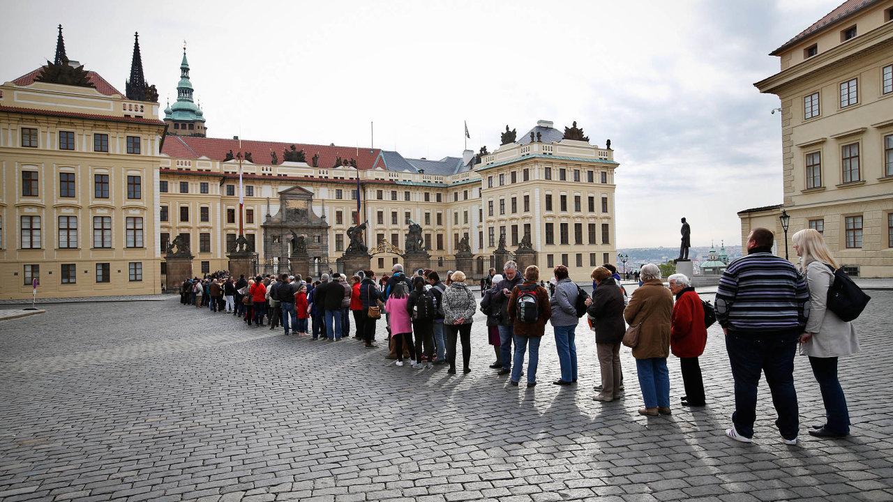 Pražský hrad dočasně zruší plošné kontroly při vstupu doareálu, budou jen namátkové. Areál Pražského hradu se poopatřeních kvůli koronaviru znovu otevře pro veřejnost odpondělí.